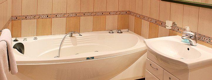 Bathroom with Jacuzzi in Igorevska 2 Podol apartment
